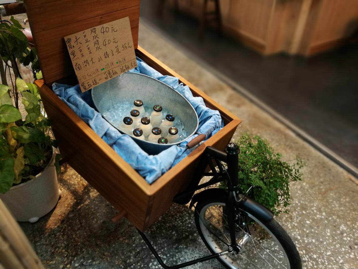 放在腳踏車上的瓶裝豆漿。