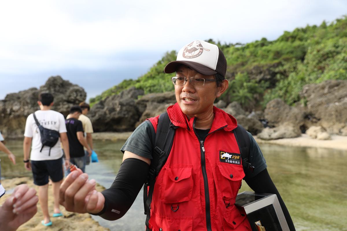 蔡正男親自帶客人去潮間帶導覽,希望透過認識生態,能夠更愛護自然。