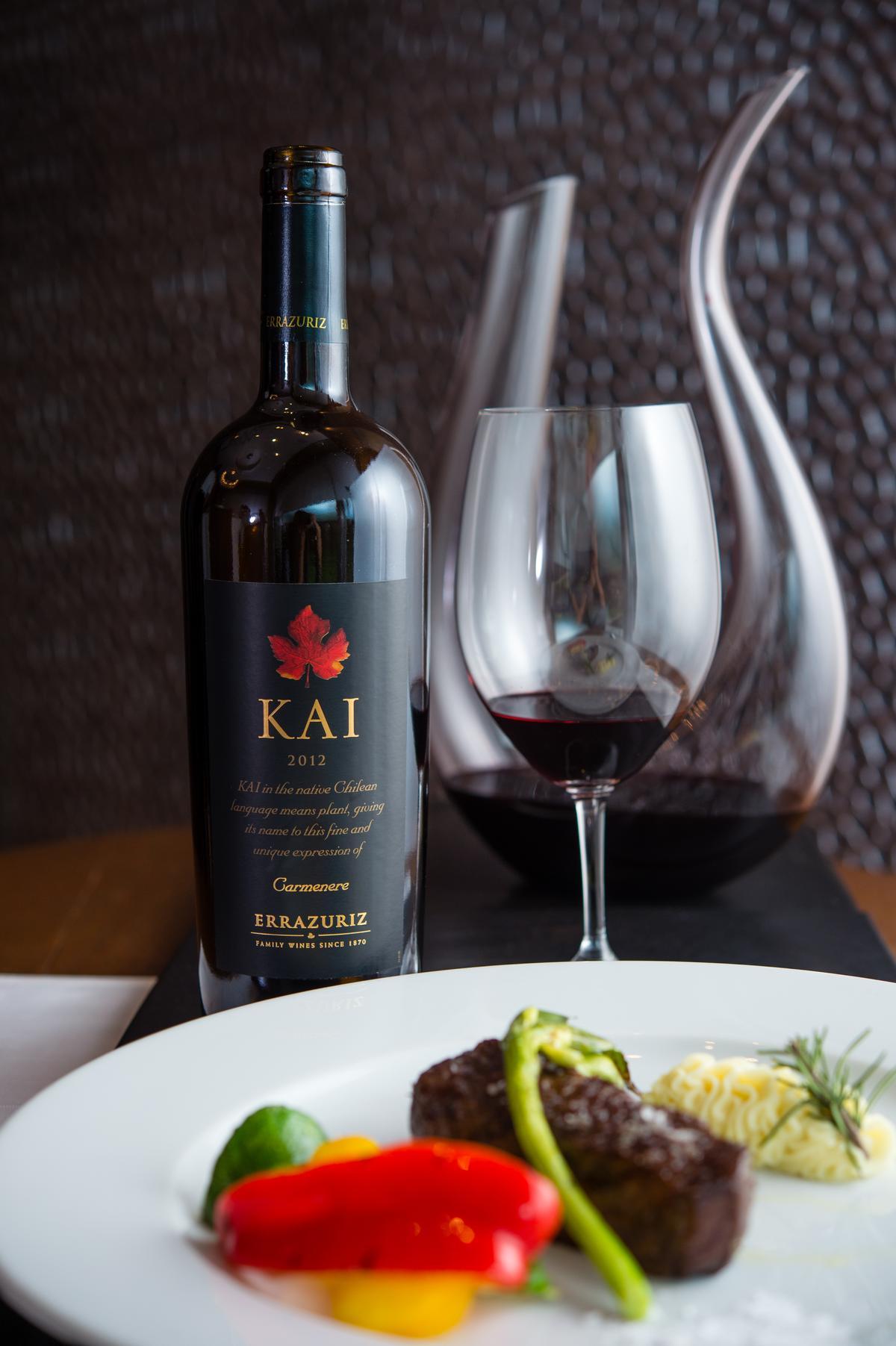 「Kai Carmenere極致精選卡米涅紅酒2012」是伊拉蘇酒廠的明星款,曾多次在盲評中擊敗法國名莊。誘人的胡椒辛香與鮮爽的果味,與紅肉的組合絕配。(7,400元/瓶)