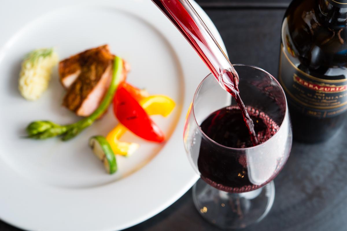 「Don Maximiano Founder's Reserve麥西米亞諾創辦人典藏珍釀紅酒2013」展現令人愉悅的新鮮度與水果風味,帶有獨特的礦物氣息。(4,300元/瓶)