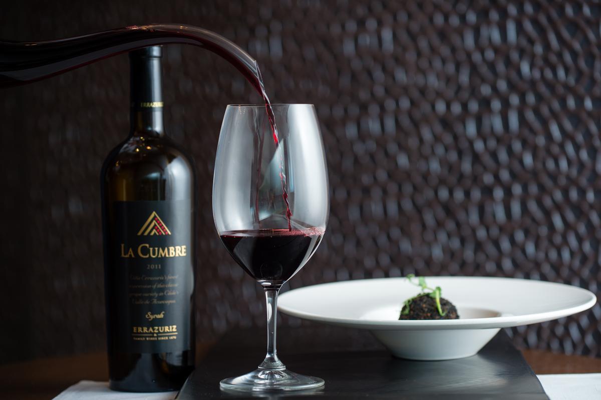 「Syrah La Cumbre極致精選希哈紅酒2011」有漿果酸香與煙燻風味,與帶有濃郁香氣的黑松露燉飯相得益彰。(4,300元/瓶)