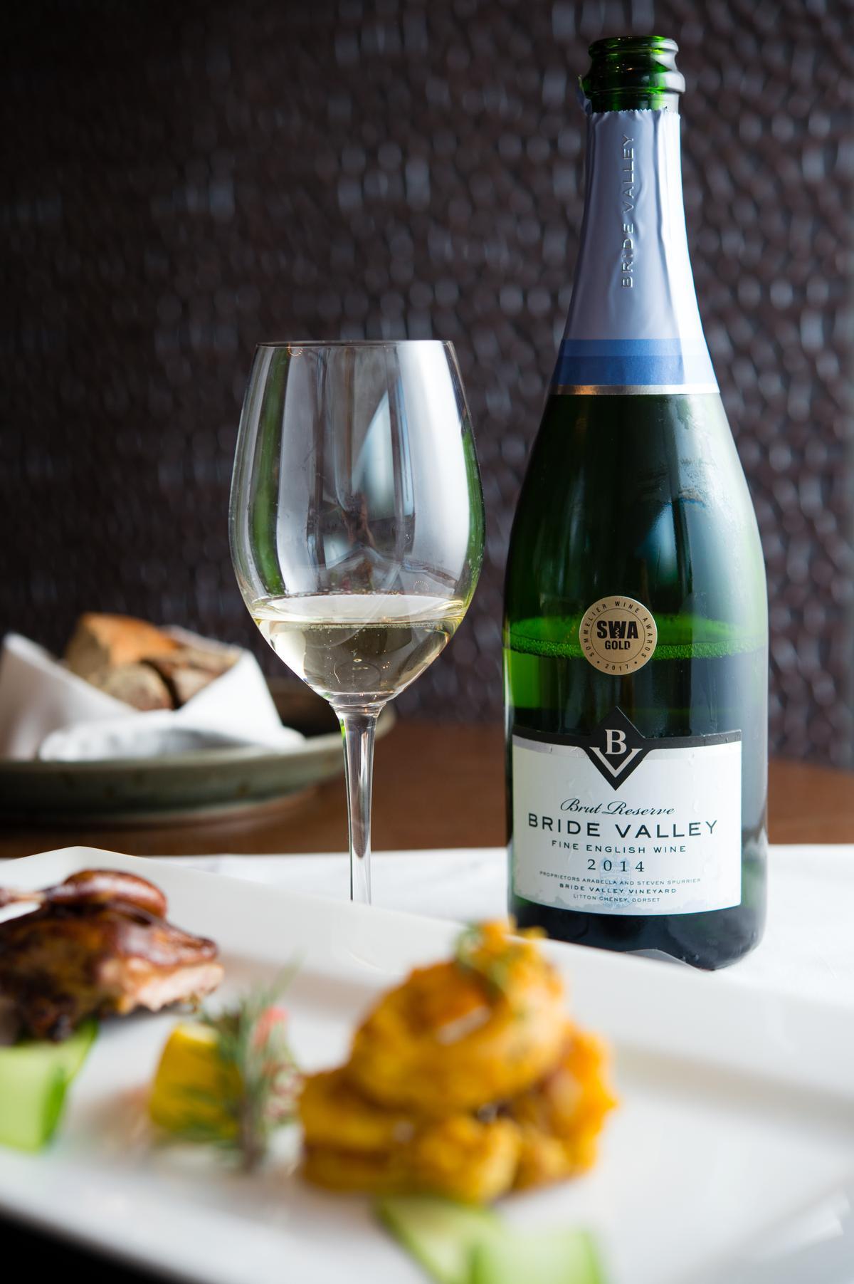 「Bride Valley Brut Reserve 特級年份氣泡酒 2014」酒色金黃,帶有青蘋果與一絲礦物香氣,適合搭配濃郁的開胃菜。(2,050元/瓶)