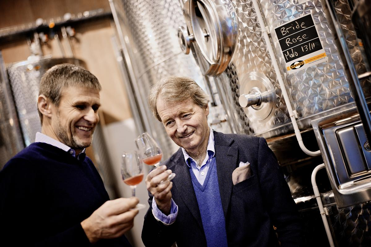 Steven Spurrier (右)與曾獲「全英最佳釀酒師」的 Ian Edwards (左)攜手打造媲美法國香檳的氣泡酒。(星坊酒業提供)
