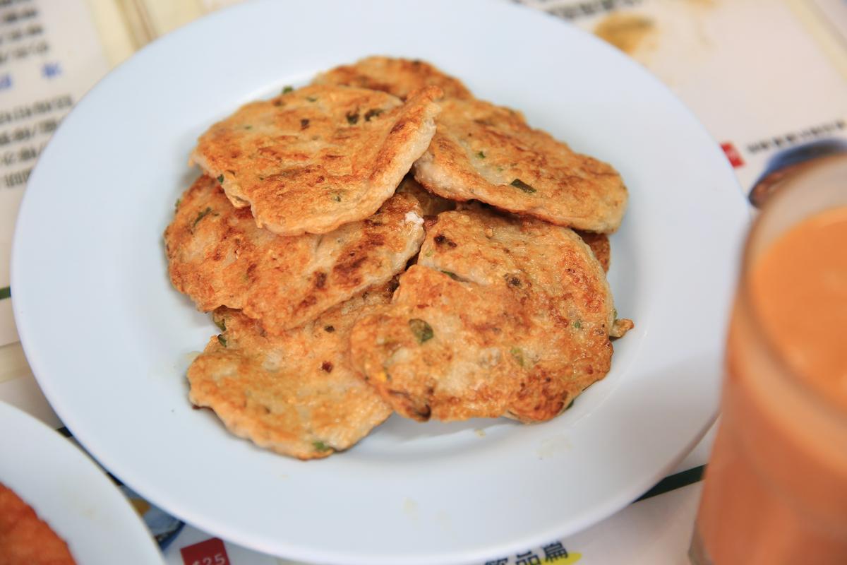 華嫂私房「魚餅」,搭湯麵一起吃味道最好。(港幣3元/塊,約NT$12)