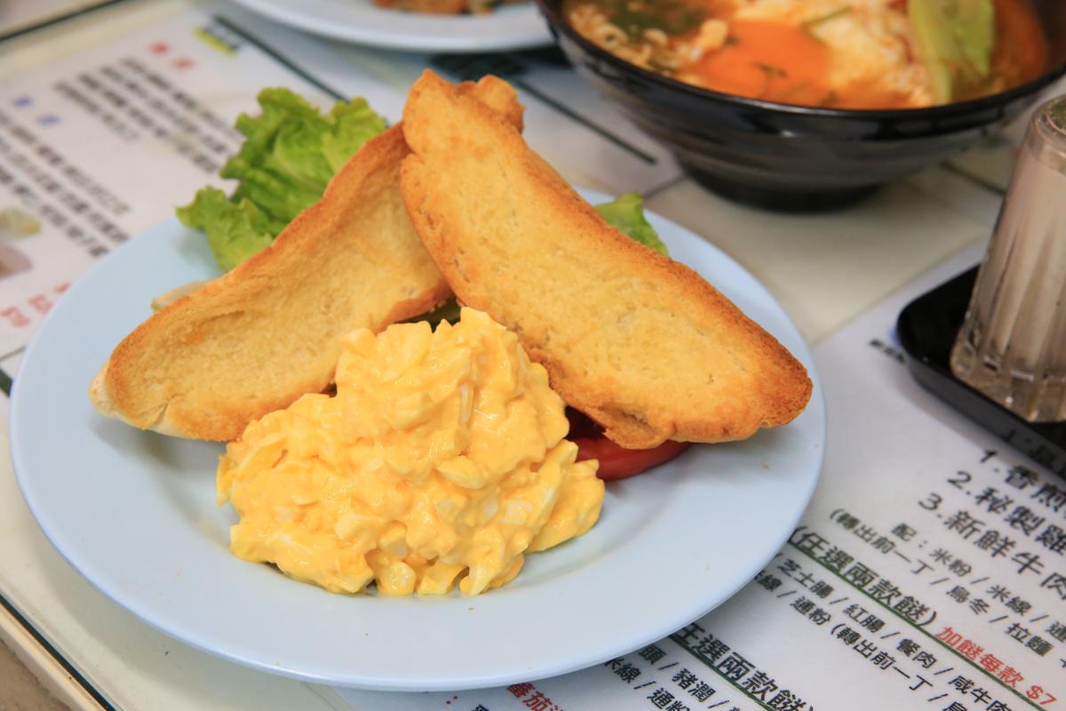 一盤「烤牛油豬仔包伴碎蛋沙律」就是豐盛的港式早午餐。(港幣25元/份,約NT$98)