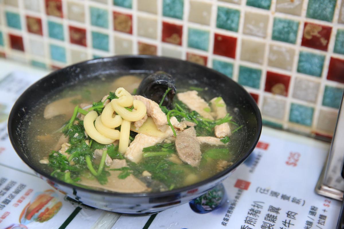 「皮蛋芫荽豬潤通粉」是華嫂從父親處學來的煮法,也是她自己最愛的口味,廣東話的豬潤就是豬肝。(港幣41元/份,約NT$160)