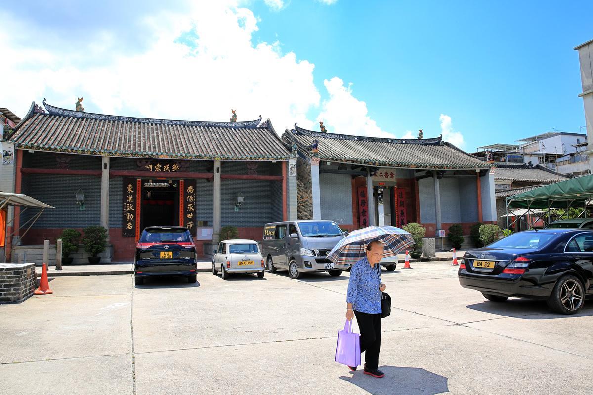 華嫂冰室位在元朗的圍村中,附近就是鄧氏宗祠,華嫂也是鄧家人。