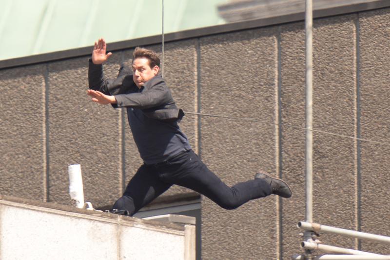 湯姆克魯斯在屋頂上奮力一跳。