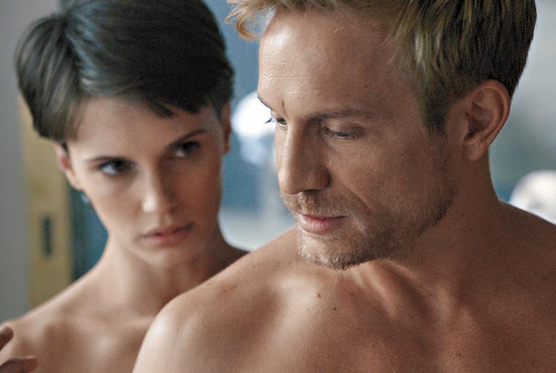 《雙面愛人》顛覆了男女攻受的保守定位,也提供醉翁觀眾情慾聲色外加懸疑逆轉,滿足各種需要。(傳影互動提供)