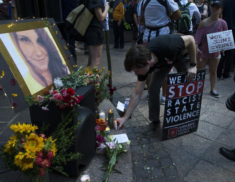 2017年8月13日,美國維州夏洛特維爾。鮮花與卡片追悼因抗議「右派大團結」(Unite the Right )遊行,遭汽車衝撞罹難的海瑟海爾。(東方IC)