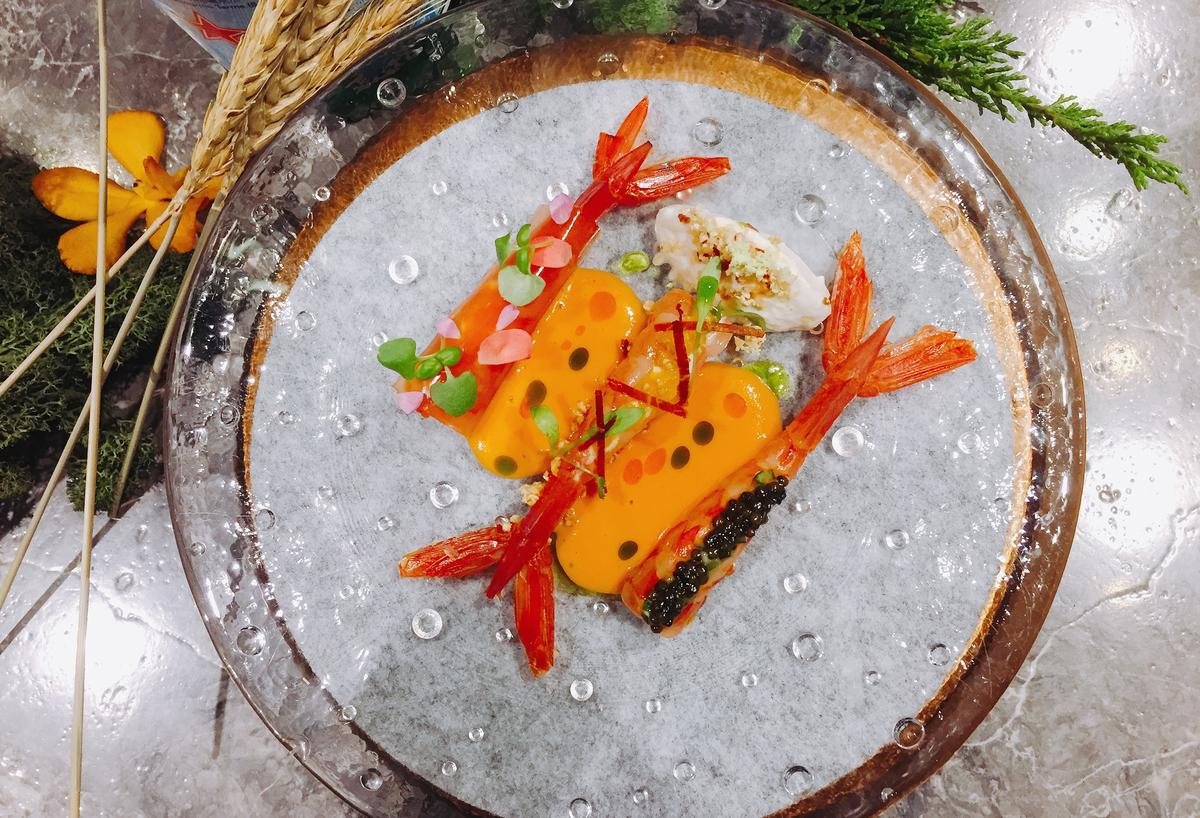 「Orchid Restaurant蘭」餐前小點「番茄、布拉塔、火腿、胭脂蝦」一次可吃到三種鮮蝦風味。(餐廳週午晚套餐菜色)