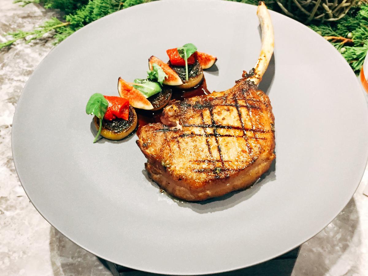 Orchid Restaurant蘭餐廳週午晚套餐主菜「伊比利豬排、無花果、臘腸、波特酒醬」。