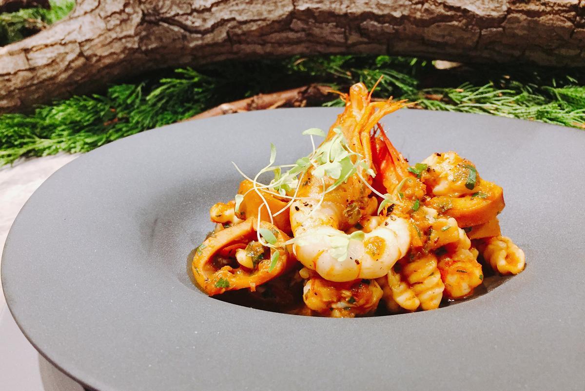 餐廳週記者會上,「Osteria by Angie」端出香辣帶勁的「手工貝殼麵搭燉煮辣花枝醬及女兒蝦」。(餐廳週晚間套餐前菜。)