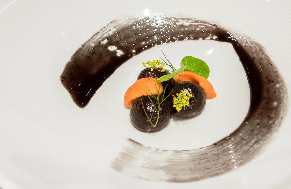 「巴黎廳Paris 1930」餐廳週晚間套餐菜色「黑萊姆丸子襯海膽」。(台北亞都麗緻大飯店提供)
