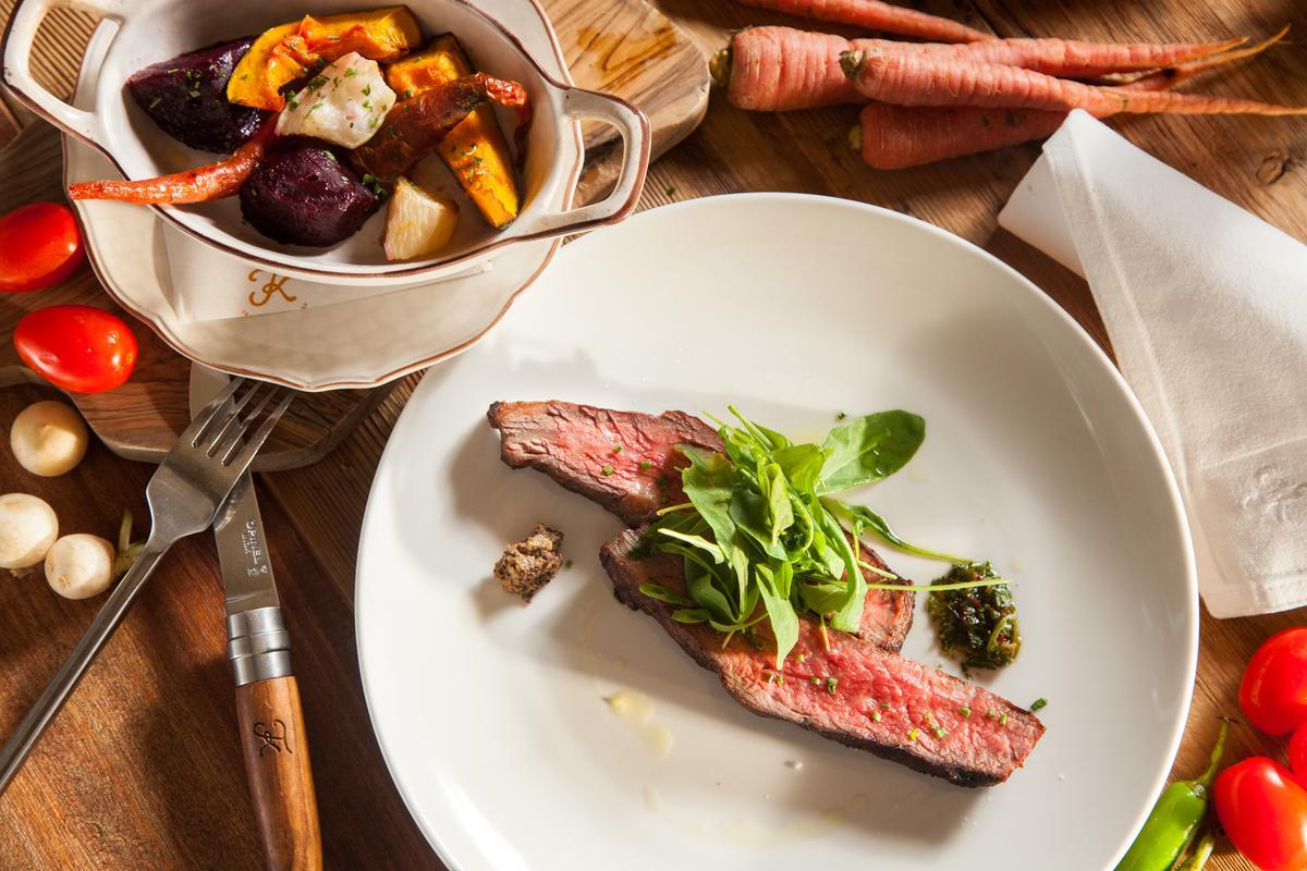 「TK SEAFOOD & STEAK」為餐廳週特製菜單上沒有的「美國頂級牛小排佐農場蔬果」。(TK SEAFOOD & STEAK提供)