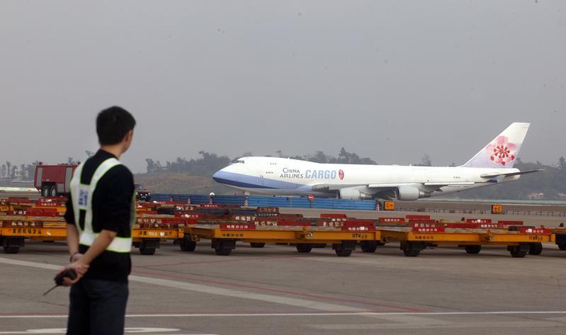 運送台積電設備的華航南京專案包機,是兩年來首架降落祿口機場的貨機。(東方IC)