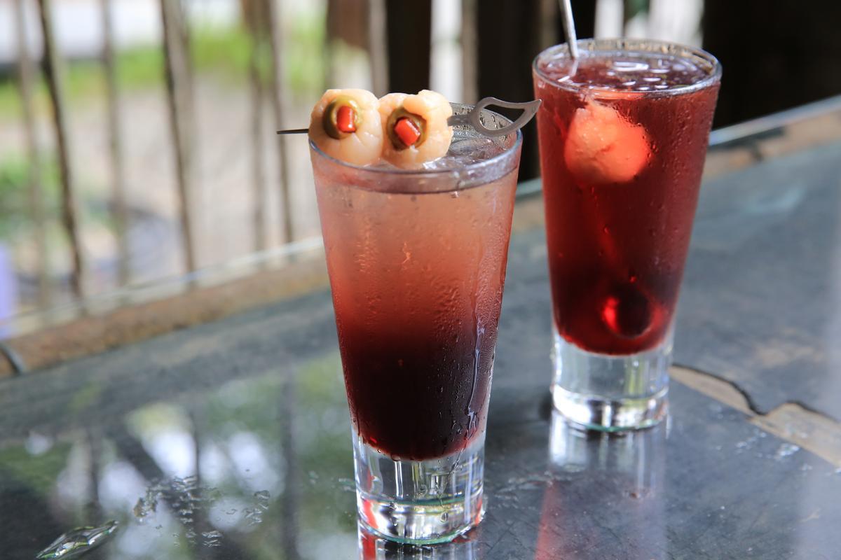 紅毛丹果肉與橄欖,加上黑醋粟香甜酒及蔓越莓汁調成的「鬼魅之眼」。(160元/杯)