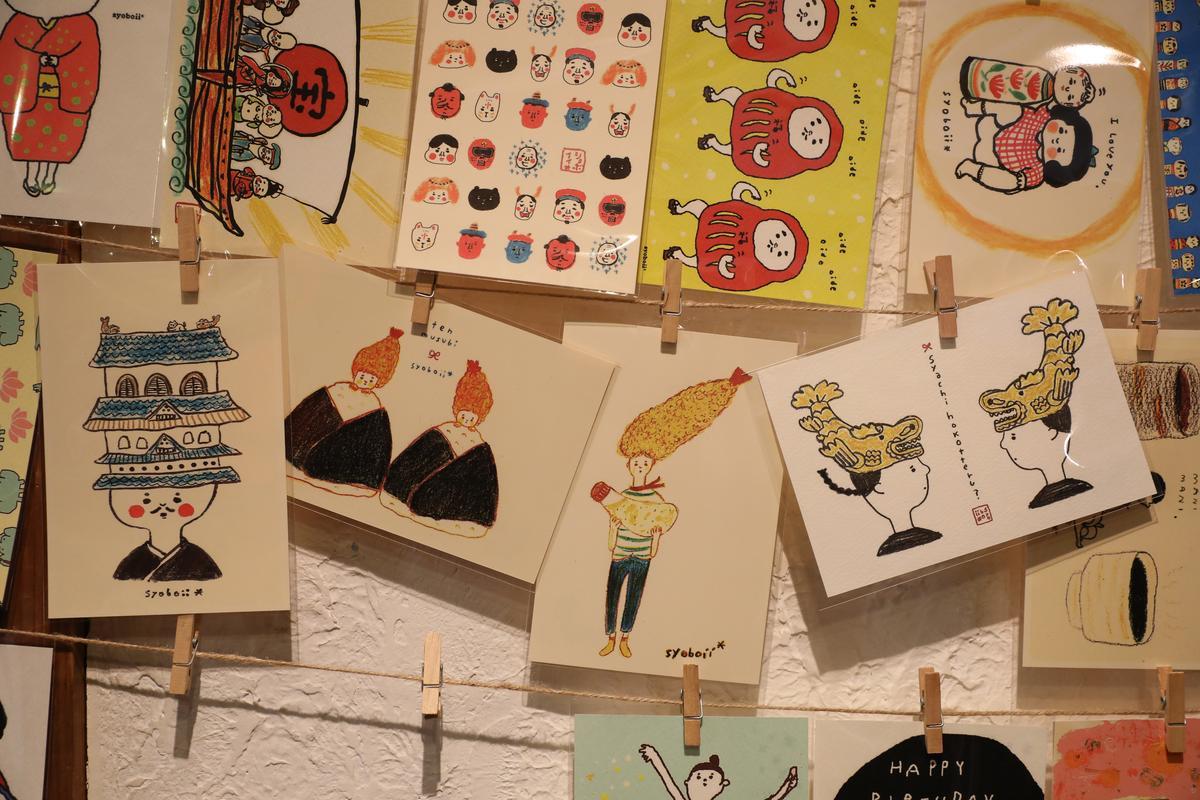 名古屋系列明信片的插圖畫上蝦飯糰、金虎魚、名古屋城、地雞,深受觀光客喜愛。(120日圓/張,約NT$33)