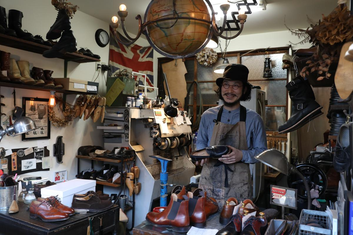 覺王山有家裝潢復古懷舊的修鞋店「tools.shoerepair&sundries」,老闆很有型。
