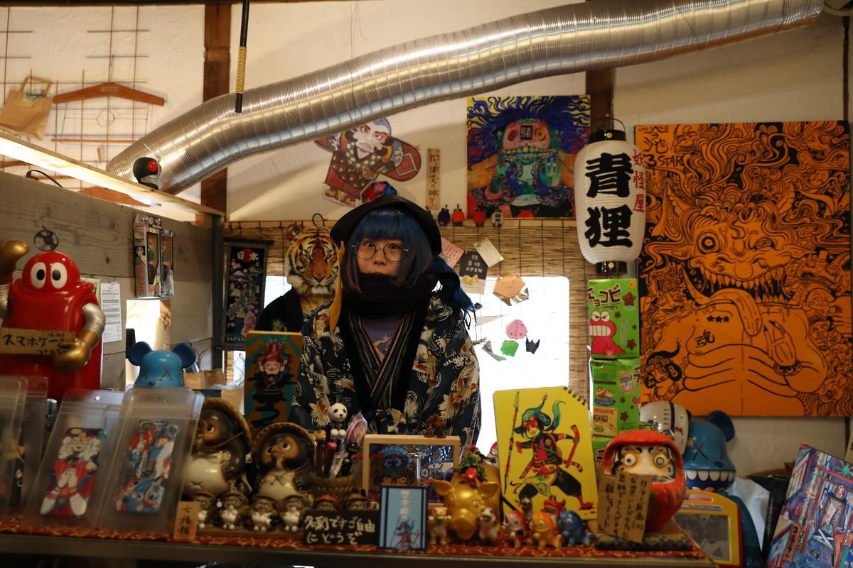 「妖怪屋青狸」的主人四士郎,特立獨行的裝扮,讓人很難不注意她。