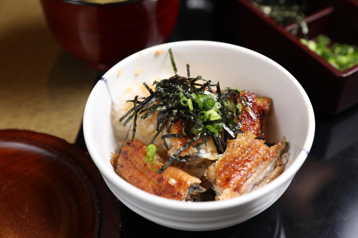 鰻魚飯的第二吃是加上一點芥末、海苔與酌料。