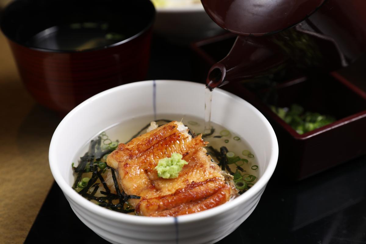 鰻魚飯的第三吃是要倒入高湯。