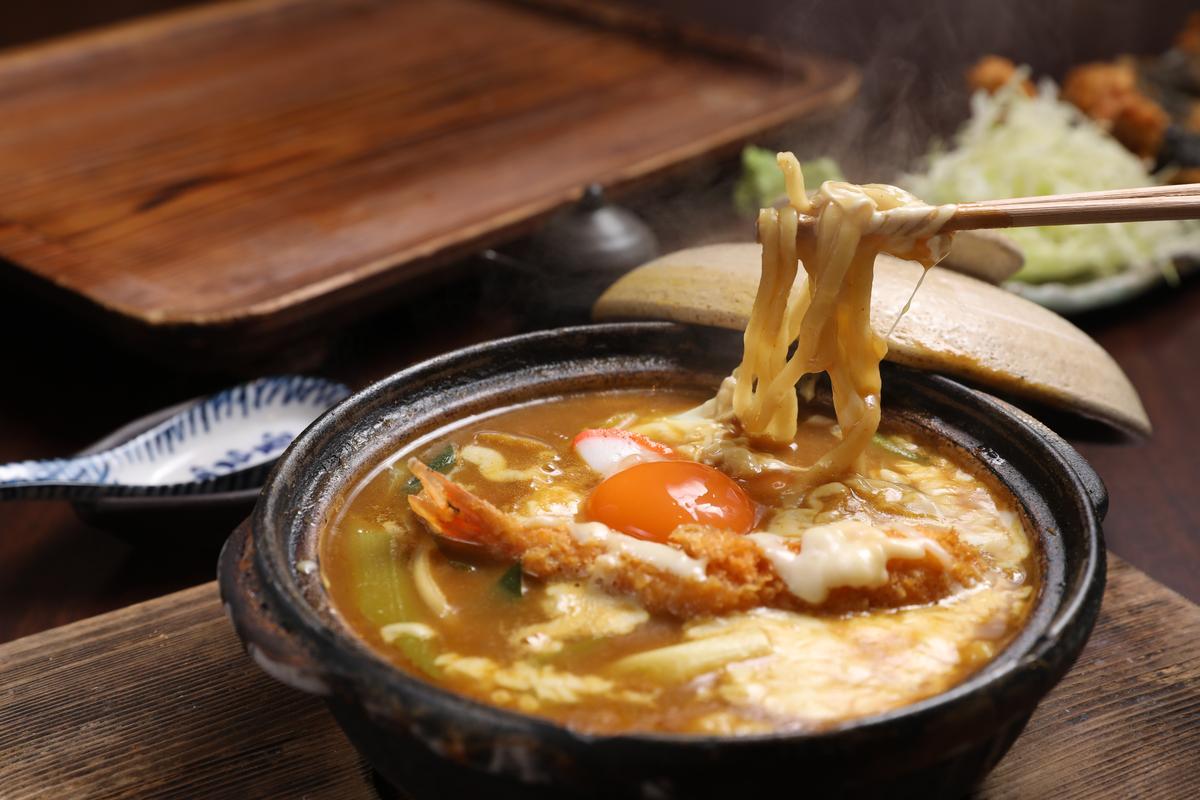 用八丁味噌為湯底的「雞蛋味噌烏龍麵」,才吃下第一口,整個食慾大開。(1,000日圓/份,約NT$271)