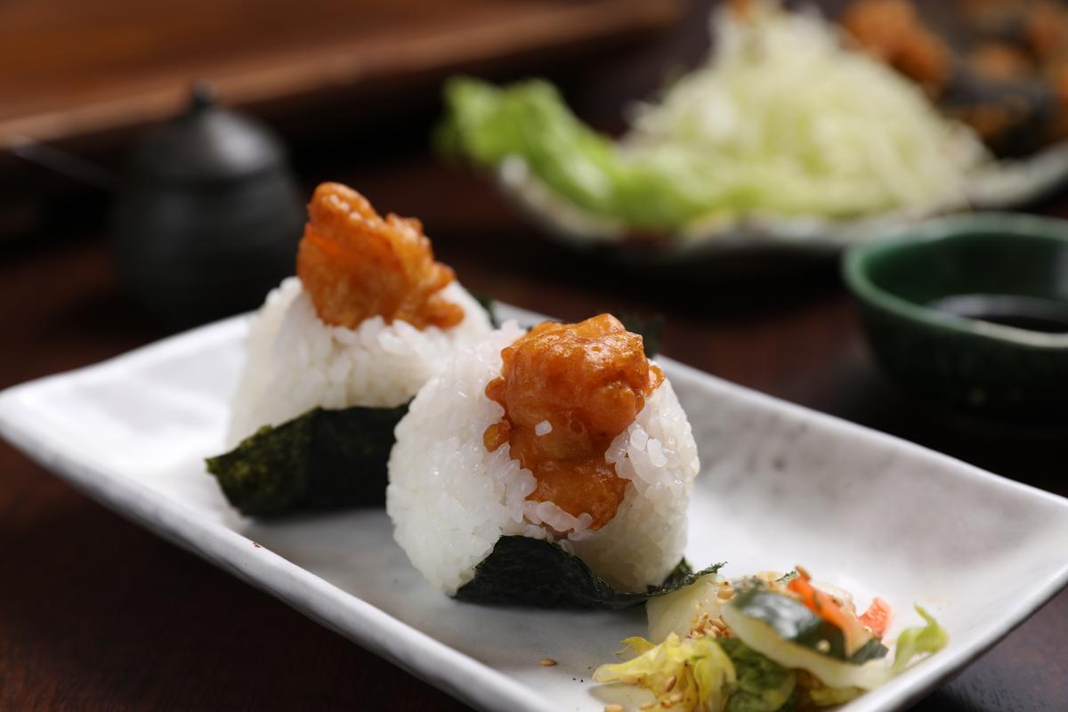 名古屋特色料理「炸雞飯糰」。(480日圓/份,約NT$157)