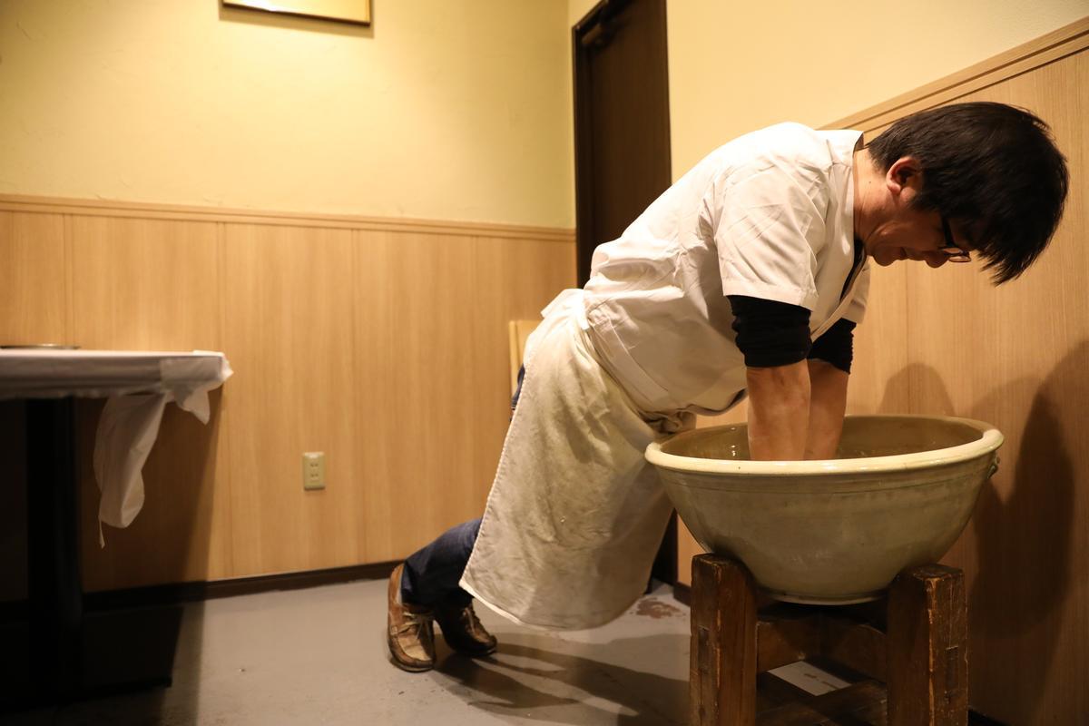 最後步驟是將麵團成形,要用全身的力量向下壓,手軸不能彎。(烏龍麵DIY,含烏龍麵、味噌煮、天婦羅套餐,3,500日圓/人,約NT$949)