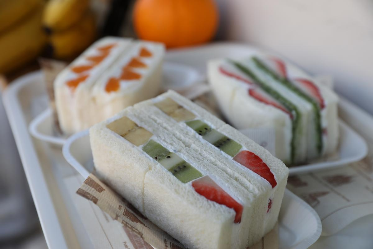 搭配各樣水果、愛知縣在地生產的抹茶、紅豆,三明治吃起來也可以清爽柔軟又甜蜜。(480~580日圓/份,約NT$130~157)