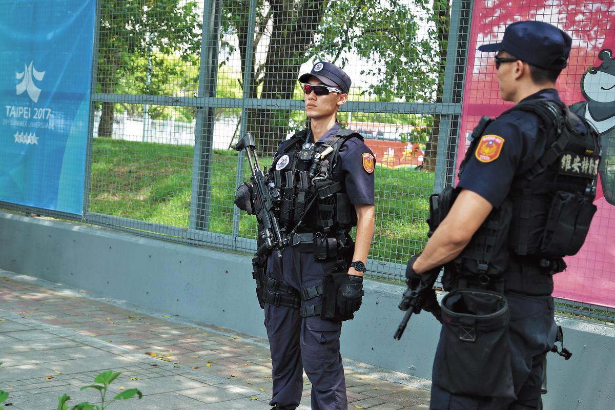 維安特警持長短槍全副武裝,擔任選手村警戒和巡邏任務。