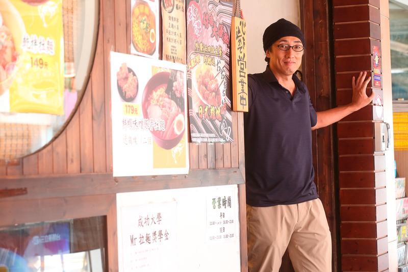 42歲的野崎孝男當過記者、議員,2007年來台攻讀台大法學博士,並創立主打平價日式拉麵的Mr.拉麵。