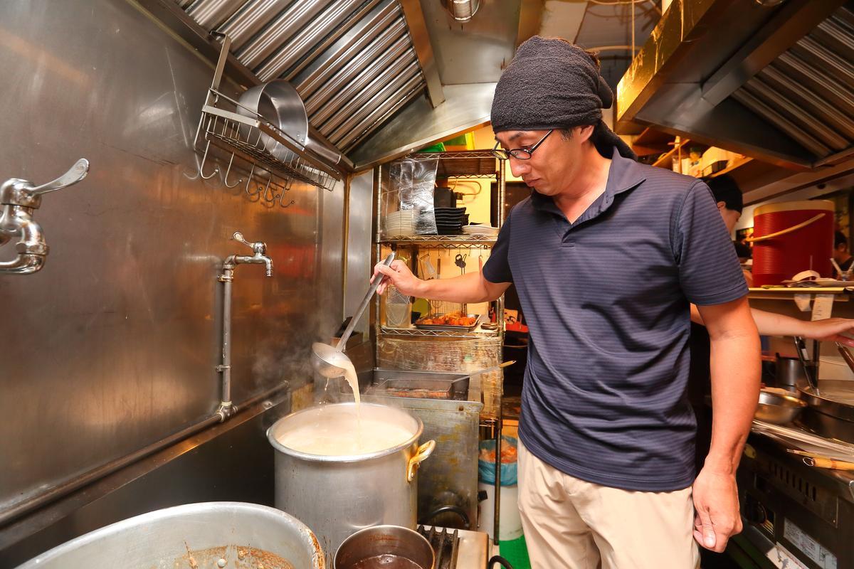 近年已鮮少在後場煮麵的野崎孝男,店內賣兩種湯頭,一是日本博多豚骨風味,另一種則是傳統的東京醬油湯底。