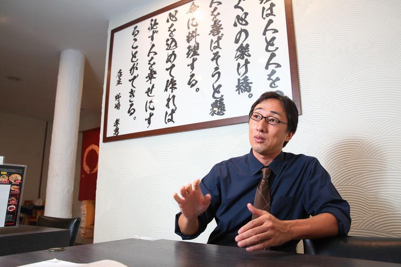為了逃離家暴,野崎孝男高中時便離家,大學畢業後進入讀賣新聞工作。