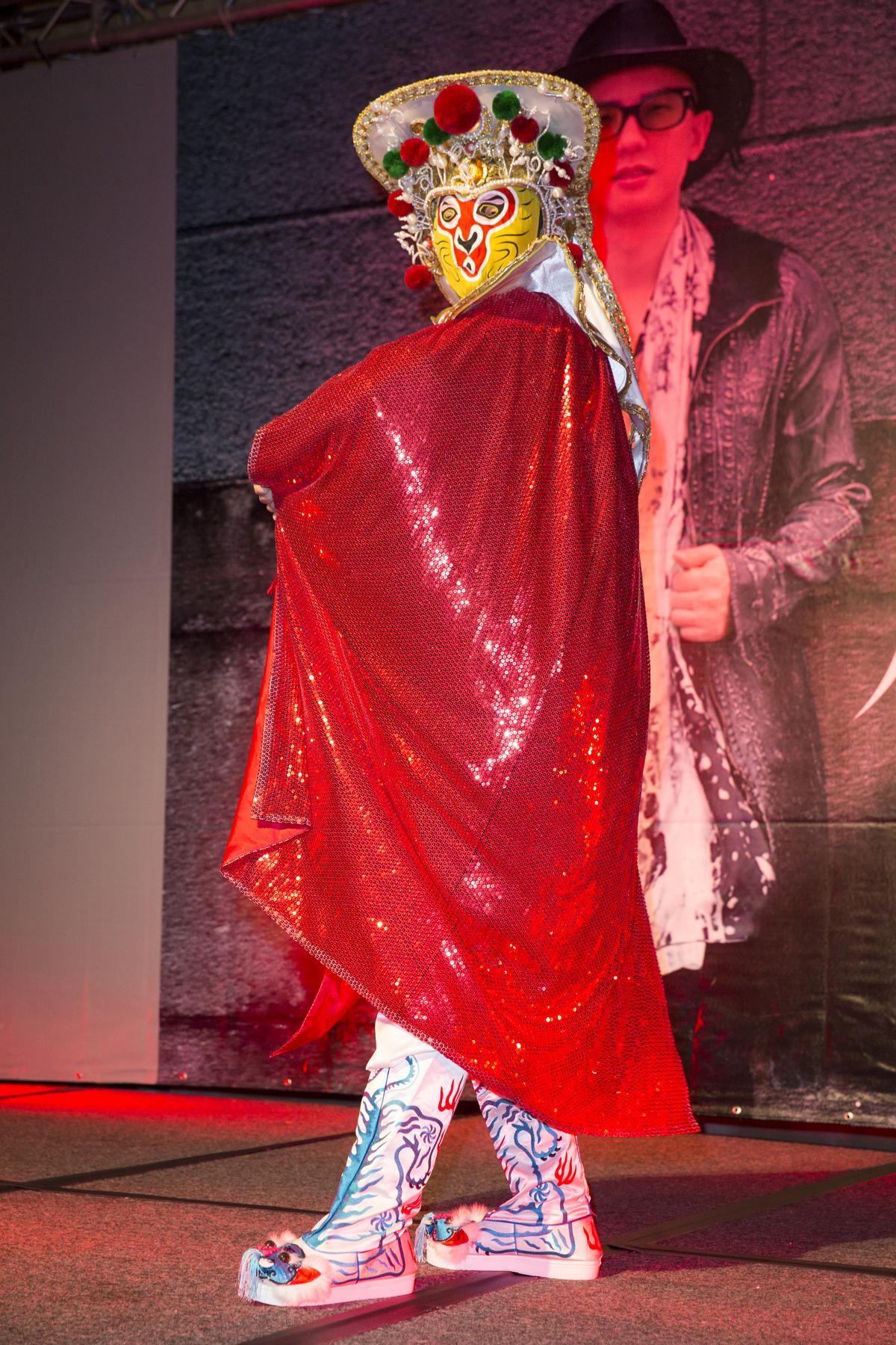 平安來台發片,特別表演了川劇著名的變臉絕技。