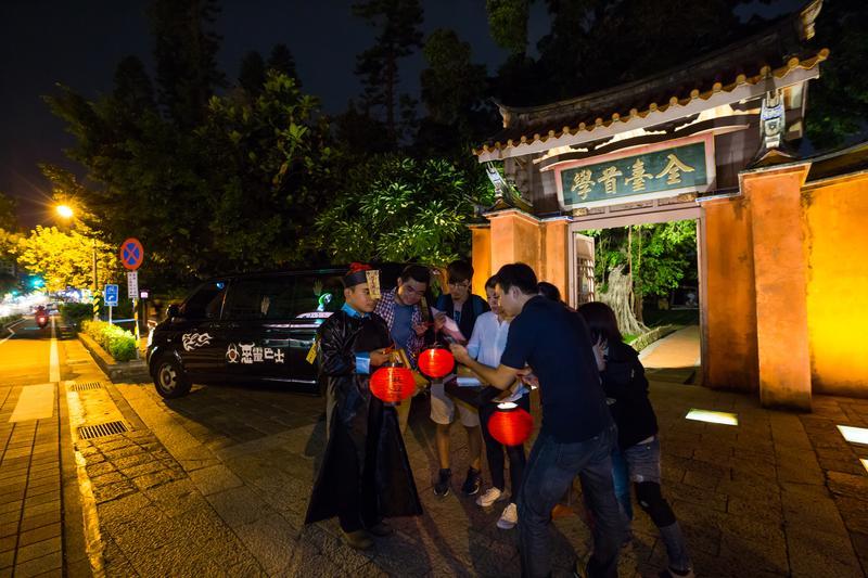 「惡靈巴士」讓遊客在夏夜裡一邊玩遊戲、一邊探索台南古城,順便裝神弄鬼找樂子。