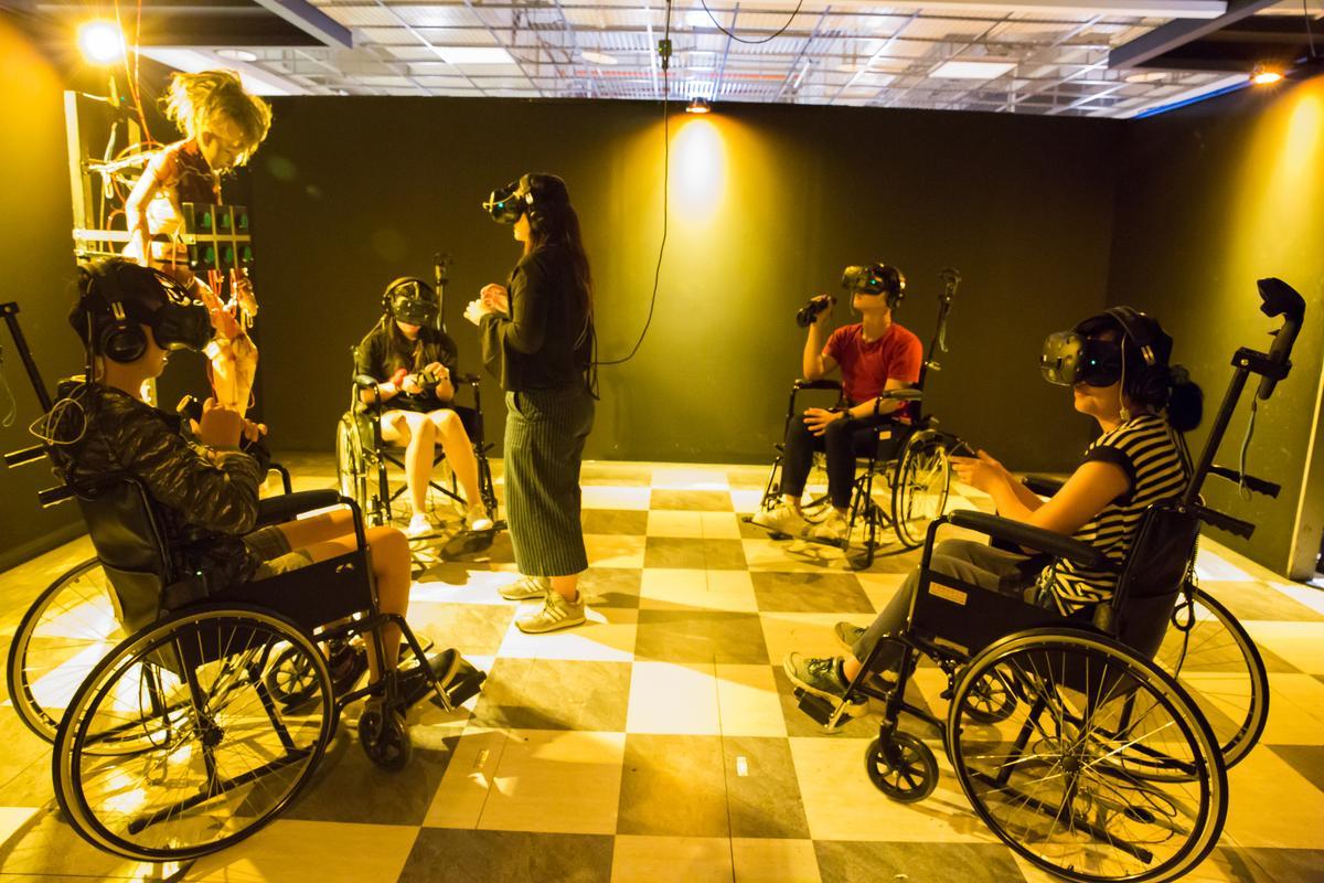 「白色懼塔」玩家是坐在輪椅上同心協力找線索過關。