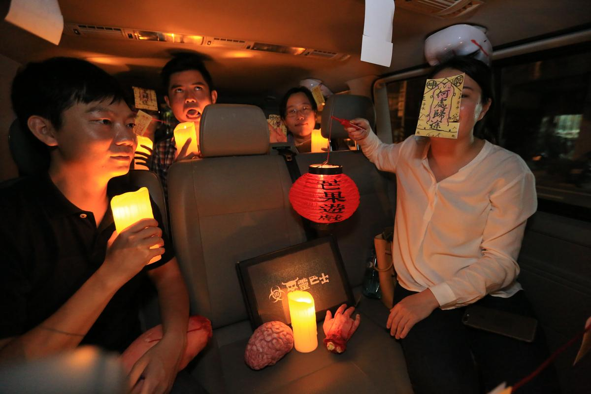 車上準備各種裝神弄鬼道具,讓玩家搞怪拍照。
