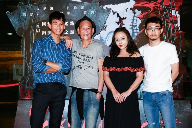 導演程偉豪(右起)帶著演員高慧君、龍劭華和吳念軒為《紅衣小女孩2》造勢。
