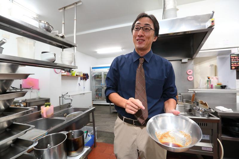 野崎孝男認為,日本人喜歡的拉麵店,價格約在3、4百日圓,麵裡面也有叉燒肉、半熟蛋等配料,裝潢簡單如同台灣路邊的小吃店。