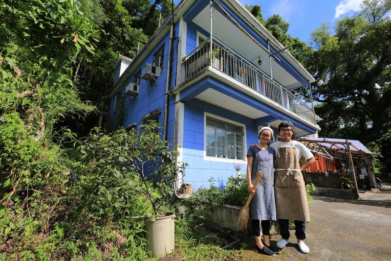何比與陳達燊在身後的藍色小屋裡過起理想的小農生活,在香港是非常難得的一件事。