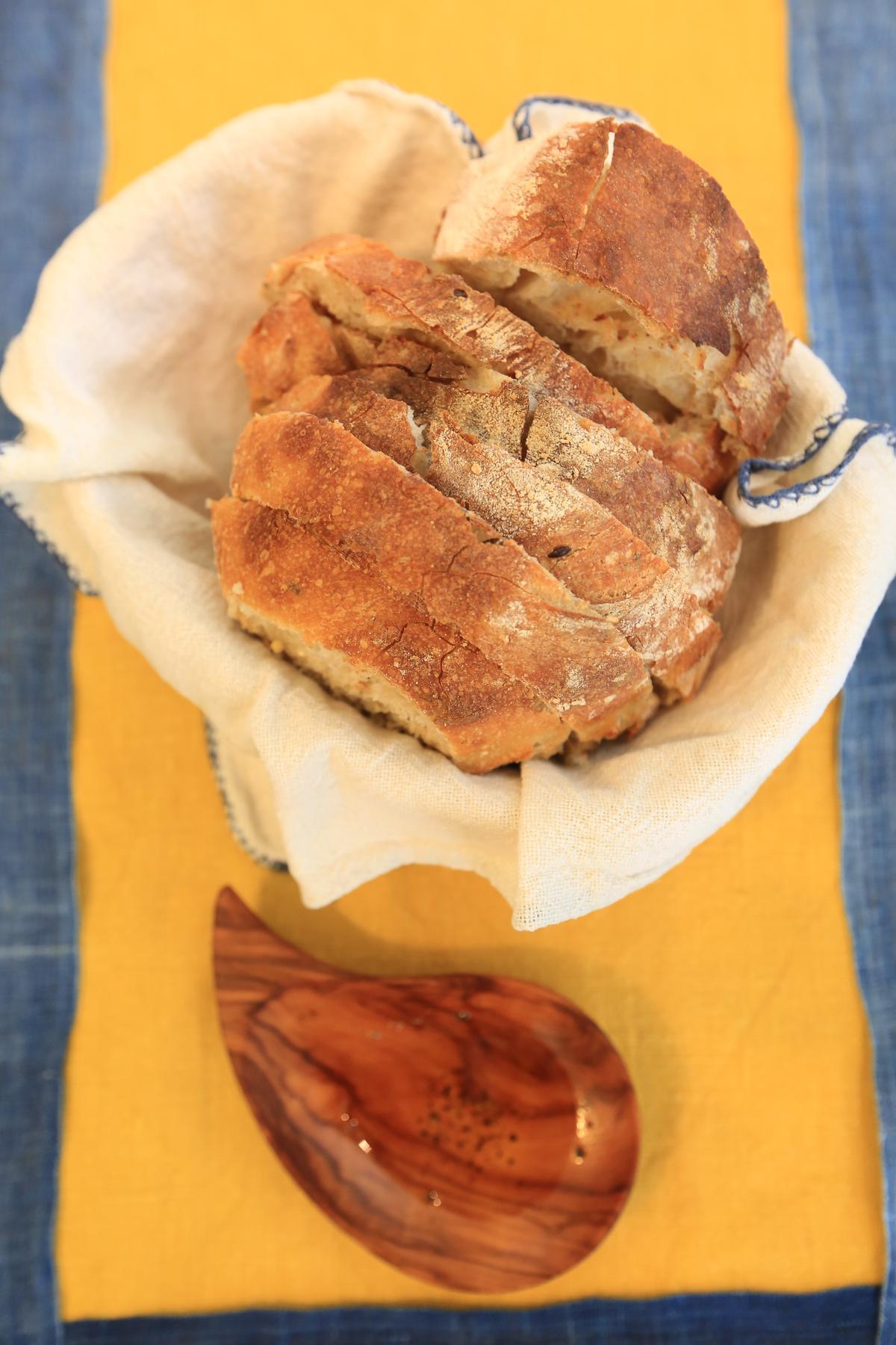 天然發酵的自製酸種麵包,配上冷壓初榨橄欖油。