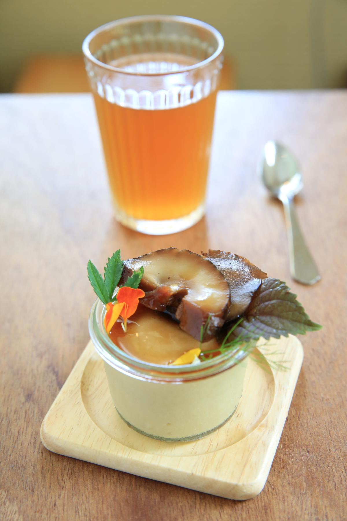 最後的甜點是豆漿布丁與冷發酵的昆布茶,布丁上還放了甜味的漬鮮菇。