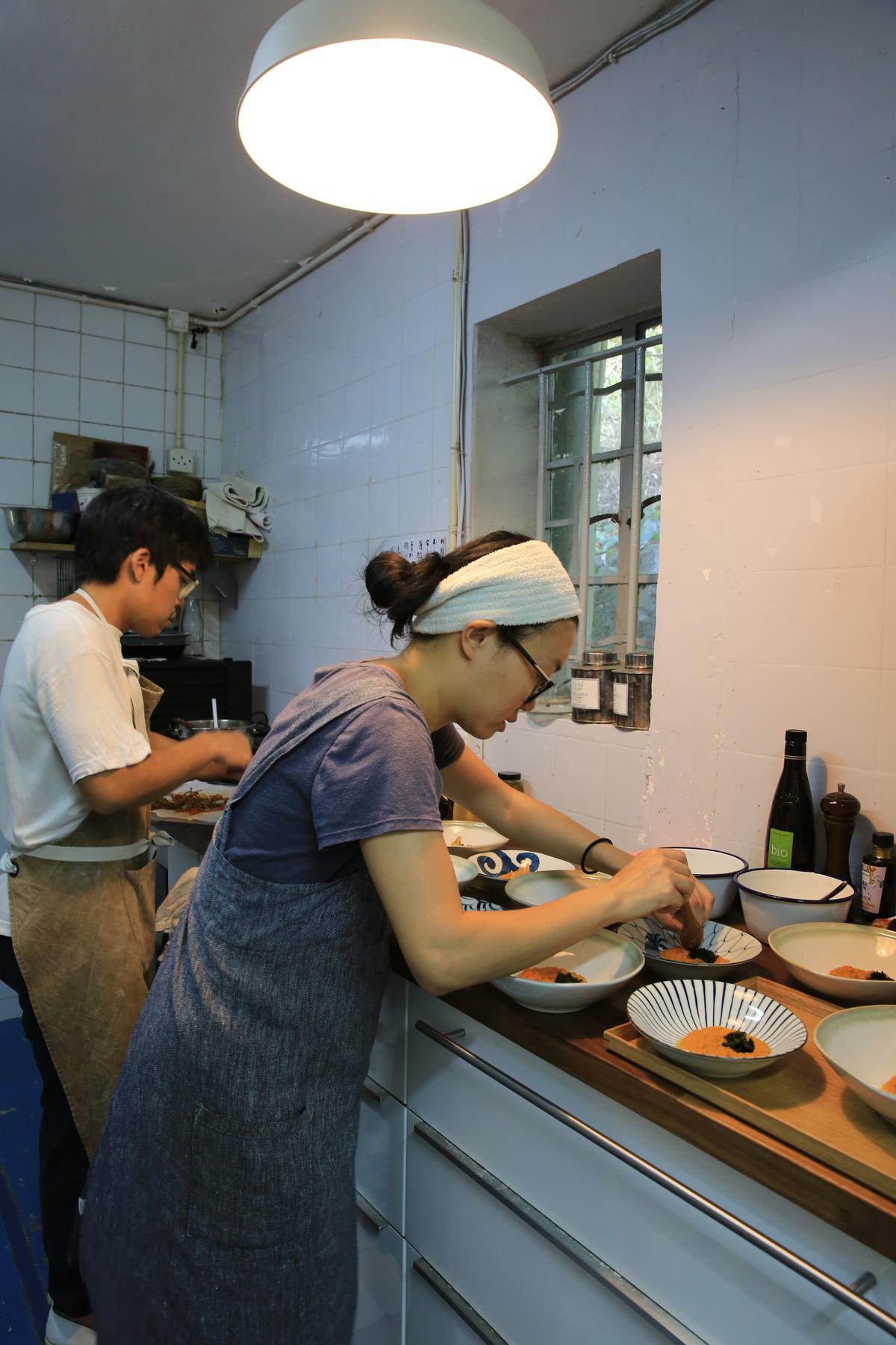 夫妻兩人忙碌地在小廚房裡備菜,2歲半的兒子則托給媽媽照顧。
