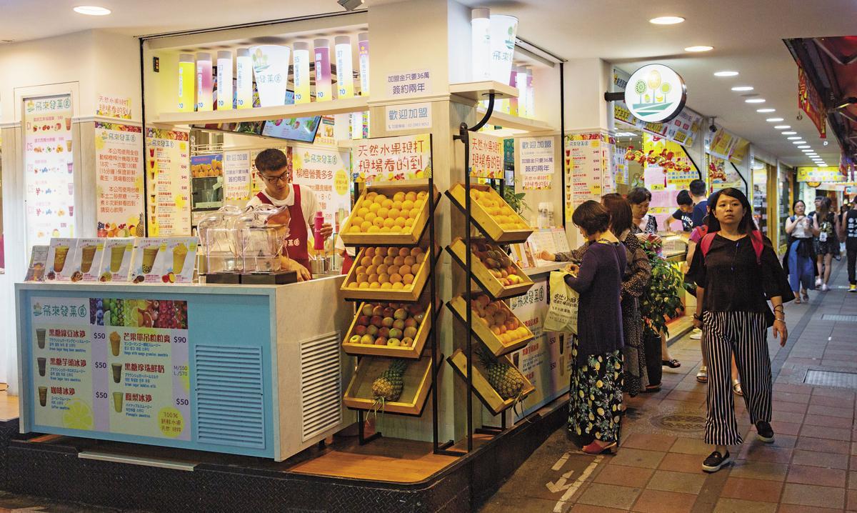 受食安風波影響,黃有忠發現,新鮮現打飲品有市場,他索性清出店面一角賣果汁。