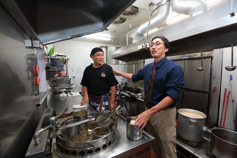 因一同創業的店長陳建志(左)想回鄉工作,2013年,野崎孝男(右)便到台南開店。