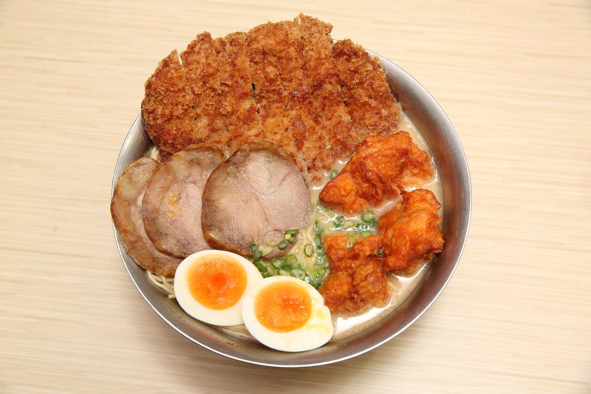 因店大多開在校園附近,野崎孝男除了基本款的平價拉麵,還推出大份量的超元氣拉麵,頗受學生青睞。(299元/碗)