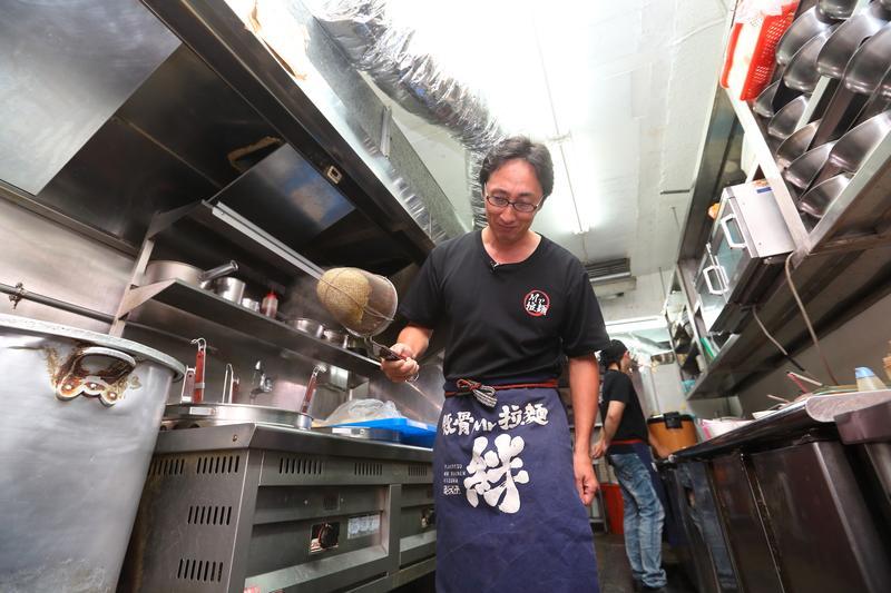 野崎孝男(前)認為,唯有老闆投入,員工才會有一起拚命的想法。