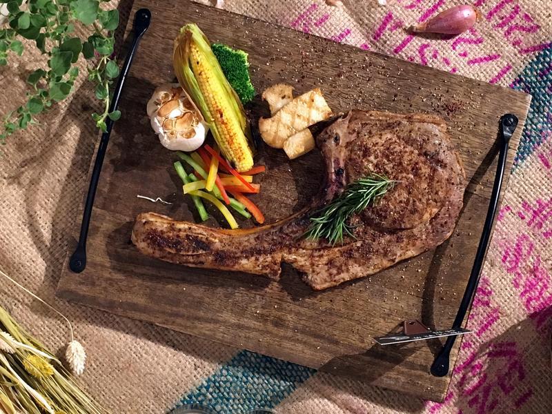 嫩烤戰斧豬排」使用雲林「良作工場」的優質「究好豬」製作。(680元/份)