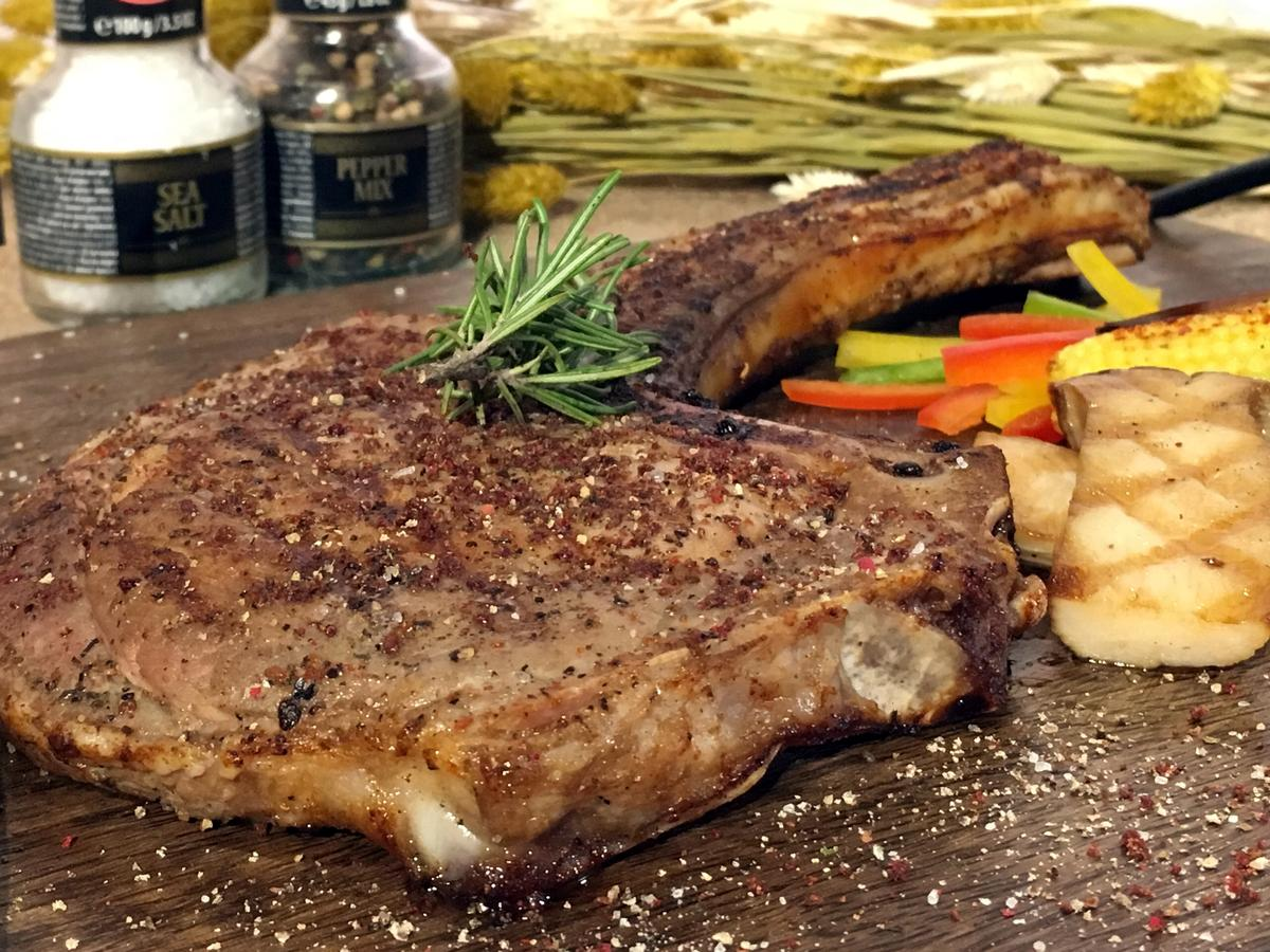 「嫩烤戰斧豬排」肉質甜嫩不澀,香料味濃,沒有豬腥味。(680元/份)